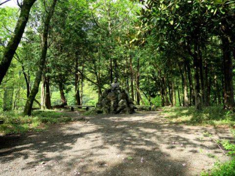 鍋割山登山道銅像