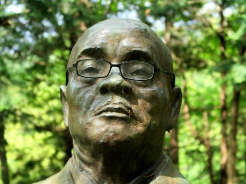 メガネ尾関広銅像