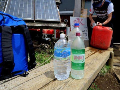 鍋割山荘ペットボトルタンク