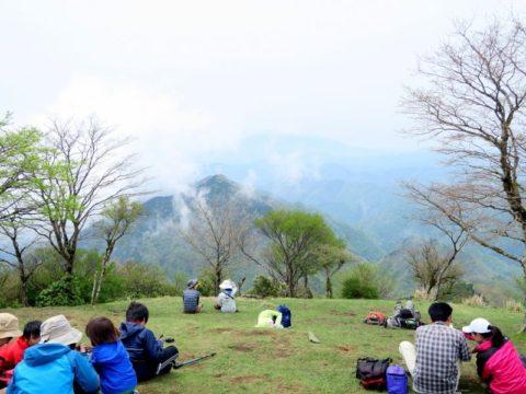 鍋割山頂登山客富士山