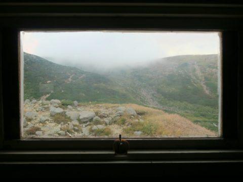 白雲岳避難小屋の窓