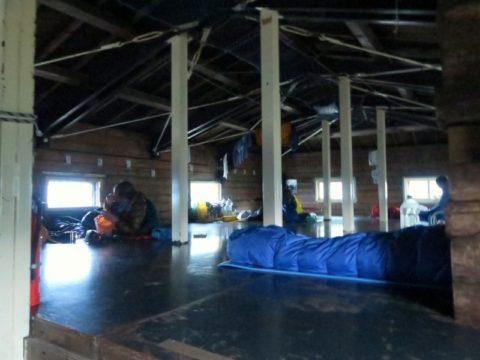 白雲岳避難小屋2階