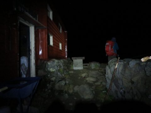 白雲岳避難小屋を出発